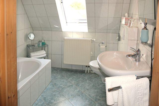Badezimmer mit Wanne & WC