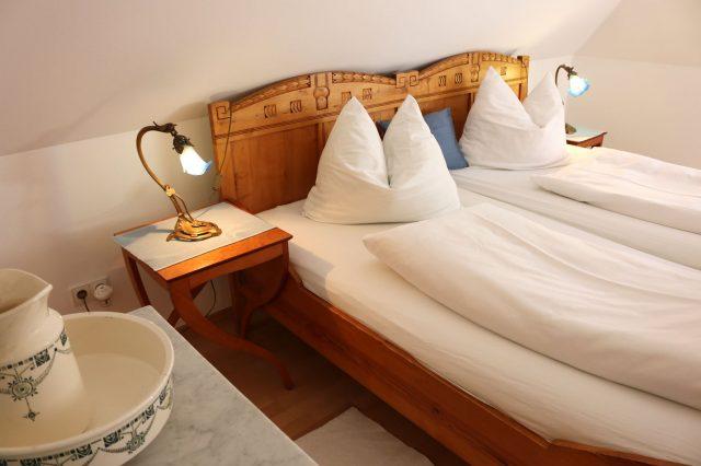 Separates Schlafzimmer mit gemütlichem Doppelbett
