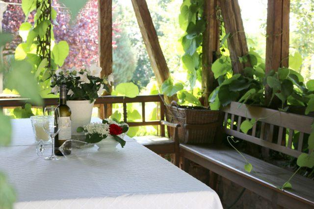 Ein kühles Glas Wein in der romantischen Weinlaube